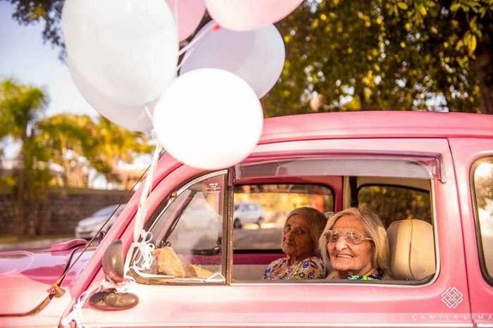 Близняшки отпраздновали свой столетний юбилей очаровательной фотосессией (12 фото)