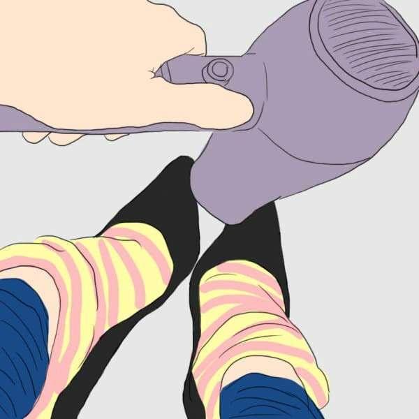Она склеила пластырем указательный и средний пальцы на ногах... Гениальный лайфхак!