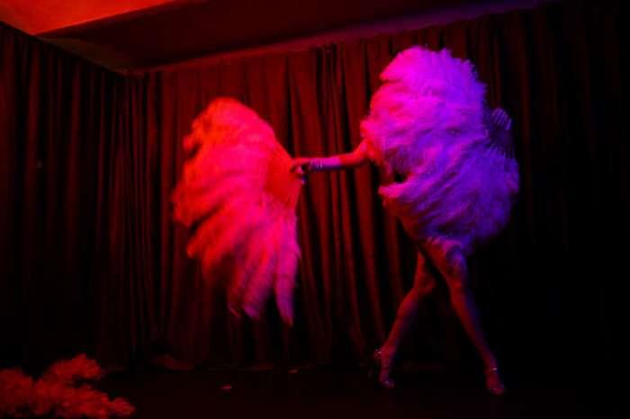 Без штанов, но в перьях: кто танцует современный бурлеск