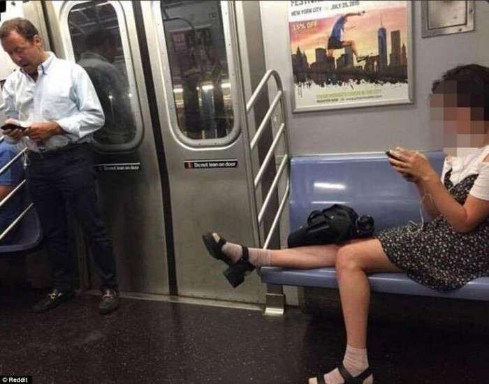 Женщины решились занимать больше места (19 фото)