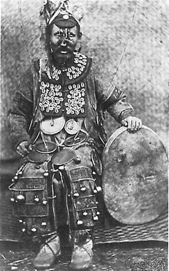 Поразительные шаманские атрибуты в исторических фотографиях (25 фото)