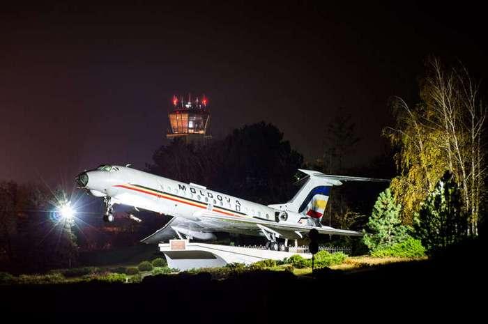 Авиапамятники: истории, которые рассказали нам самолёты на постаментах (14 фото)
