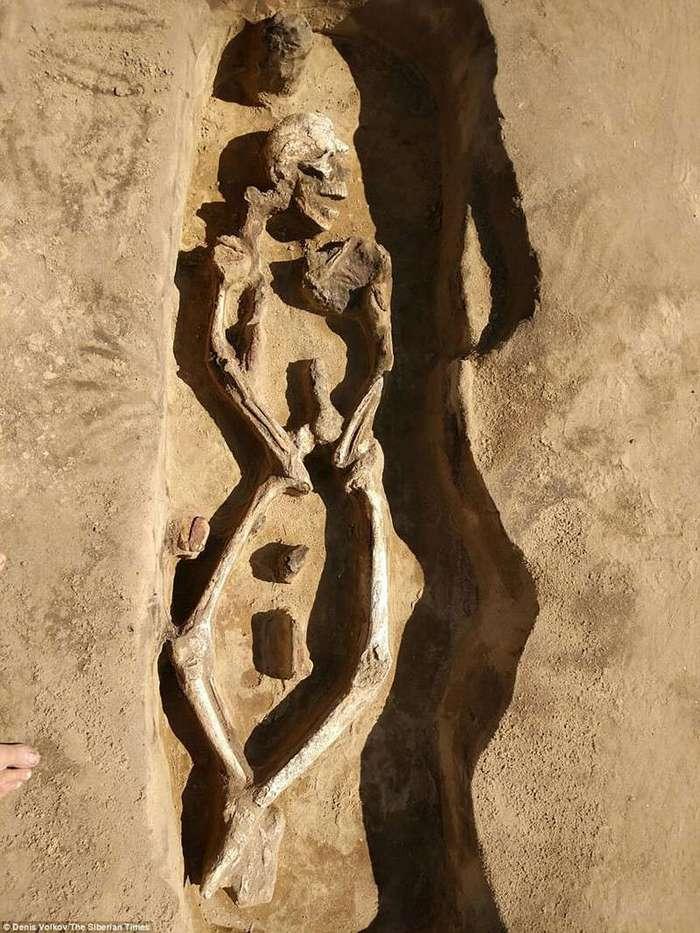 В России нашли 1300-летний -танцующий скелет- и его могила уникальна (9 фото)