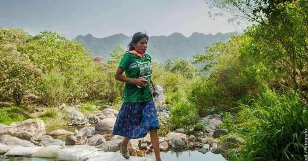 Мексиканка выиграла забег на 50 километров в сандалиях и юбке (2 фото)