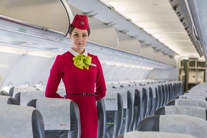 Вот почему стюардессы убирают руки за спину во время посадки
