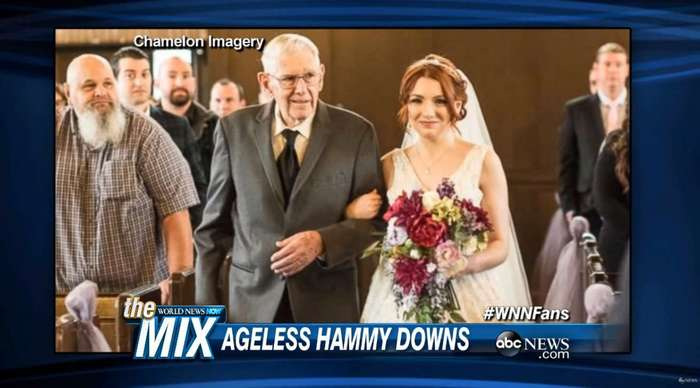Этот дедушка вел к алтарю трех любимых женщин в одном и том же платье. Ему можно позавидовать!