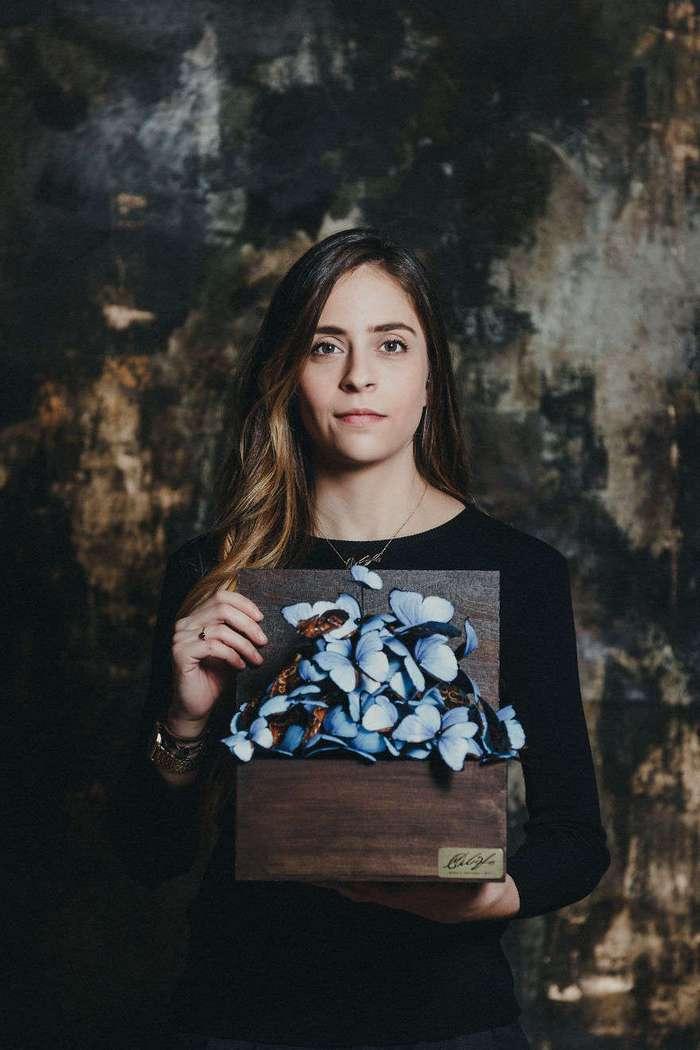 Бумажная скорбь: девушка вырезала более 800 бумажных бабочек в память о покойной бабушке