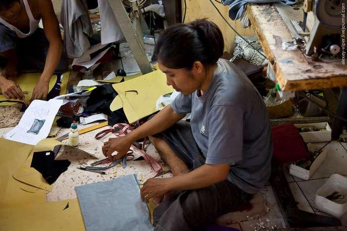 Процесс производства сумочек из змеиной кожи