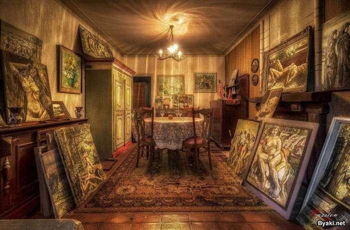 Заброшенный дом, полный произведениями искусств