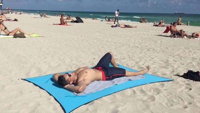 Планируем отпуск: как выглядит самое удобное пляжное покрывало, которое ещё и от воров защитит