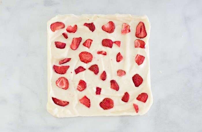 Почти без сахара: как сделать вкуснейшие конфеты-плитки из йогурта, которые порадуют и детей, и взрослых