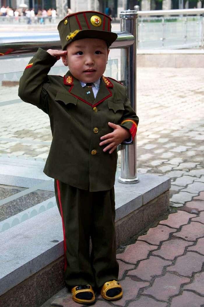15 пугающих фотографий детей из Северной Кореи (16 фото)