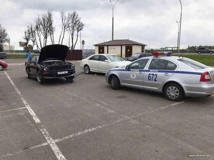 В услугах автомойки &8212; разбитый Ford Mustang клиента (6 фото)