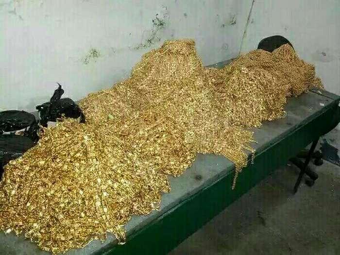 В Таджикистане у старшего следователя нашли бункер с золотом и автомобилями (6 фото)