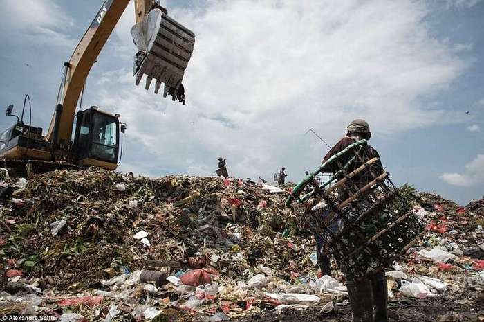 Жизнь под грудой мусора: как индонезийцы выживают на огромной свалке