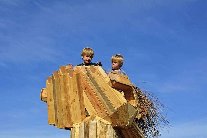 Художник прячет деревянных гигантов в парках Копенгагена