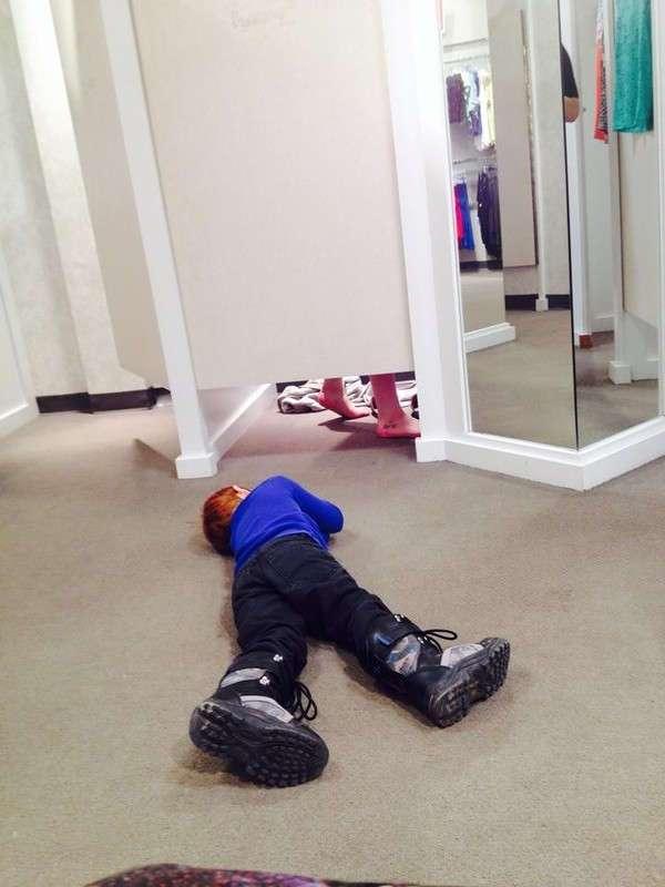 Зачем на самом деле девушки заходят в примерочные магазинов