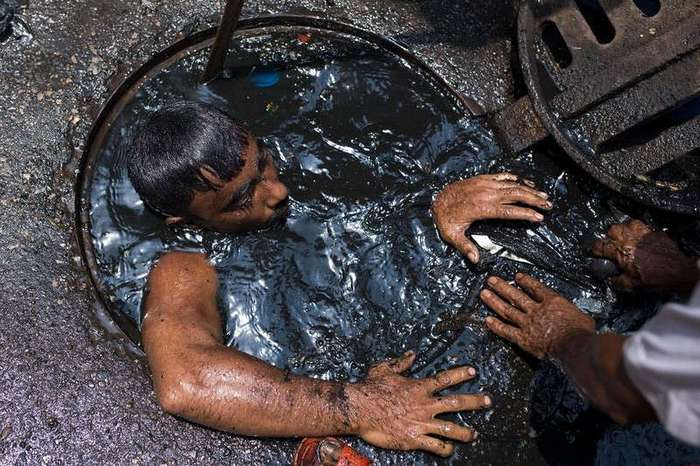 Худшая работа в мире: чистильщик канализации в Бангладеш