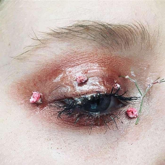 Фея цветов: визажист украшает ресницы и веки живыми лепестками