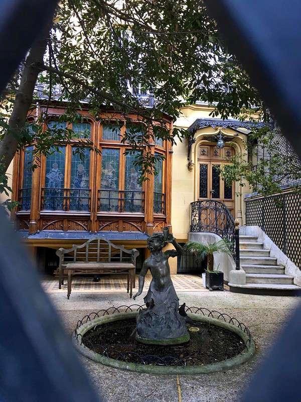 За воротами, где жил и живет высший свет. Самая сокровенная улица Парижа