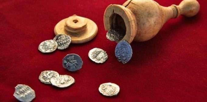 Монеты и шахматный слон времен Ивана Грозного
