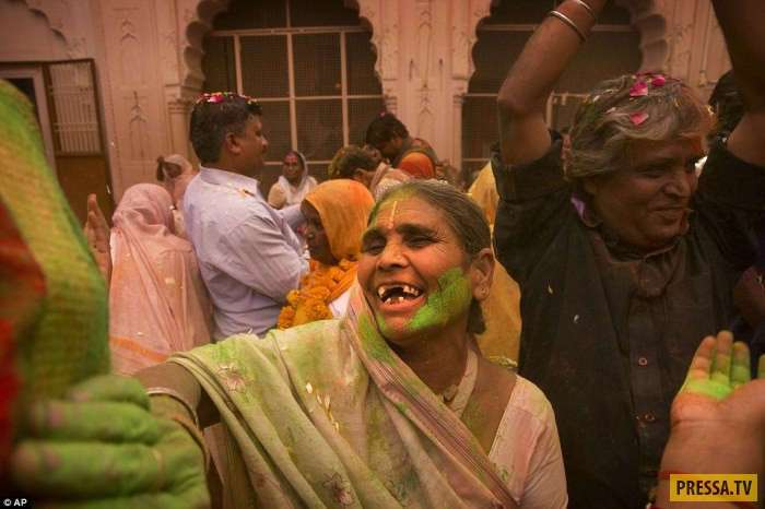 """Незавидная судьба """"белых вдов"""" в Индии (12 фото)"""