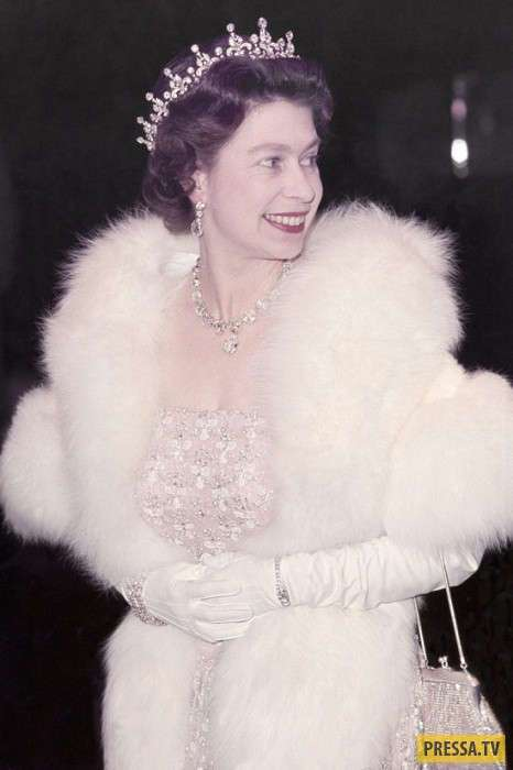 Роскошная коллекция диадем и тиар британской королевы (36 фото)