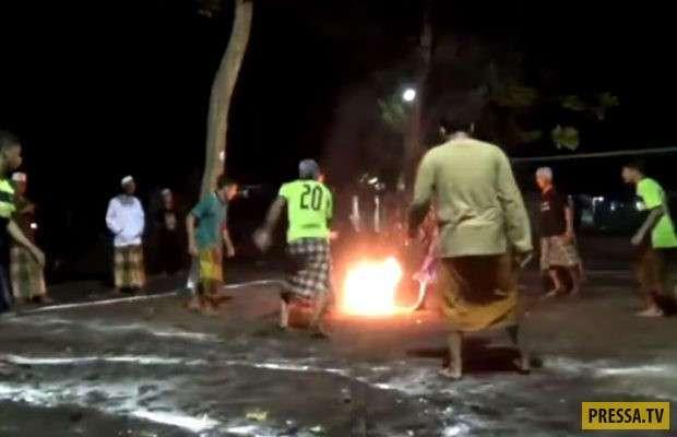 Огненный футбол — популярная игра в Индонезии (8 фото)