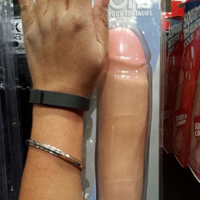 Всегда хотел спросить, но стеснялся... 13 неудобных вопросов продавцу секс-шопа.