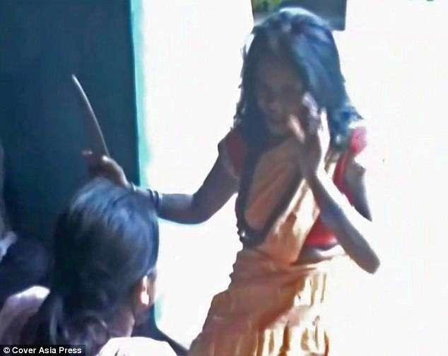 Индийская ведьма лечит любые болезни (11 фото)