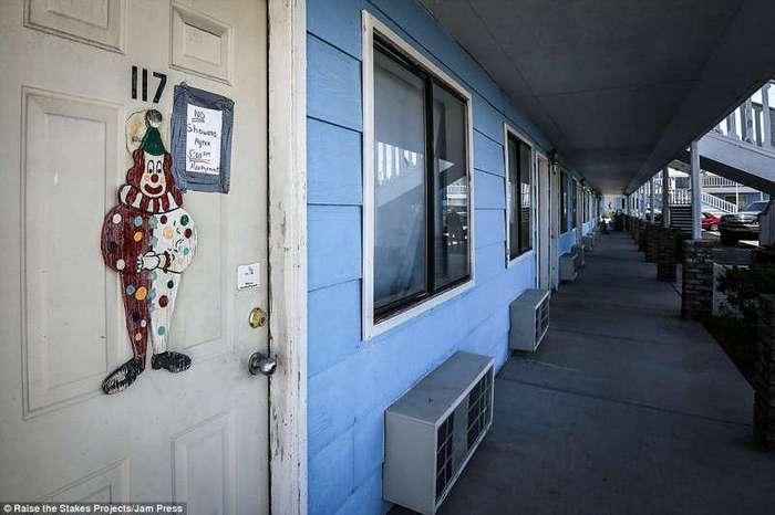 В мотеле клоунов вы не заснете от страха! (25 фото)