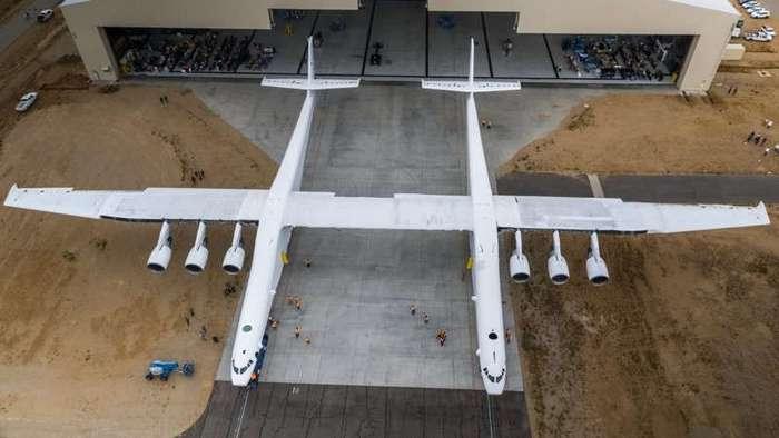 Выкачен самый большой самолет в мире (12 фото)