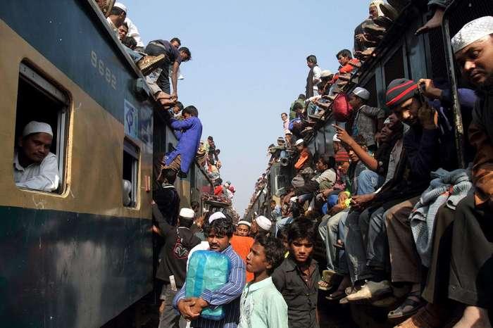 Как жители Бангладеш добираются с работы домой (14 фото)
