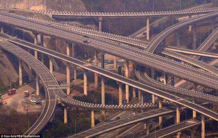 В Китае завершилось строительство одной из сложнейших дорожных развязок в мире (6 фото)