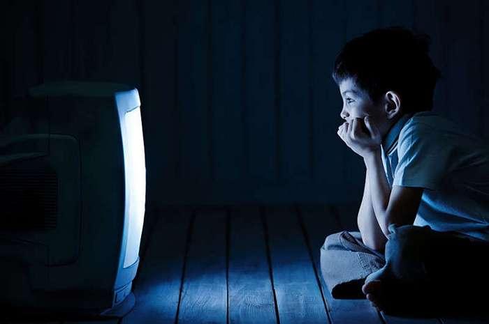 Британские ученые узнали, как телевизор в спальне влияет на ожирение детей (1 фото)