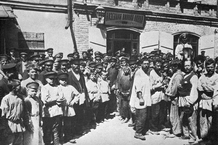 Вино сливали в Неву и из нее же пили. Антиалкогольная кампания в период Первой мировой войны (6 фото)