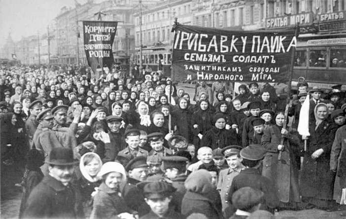 Не стояли в сторонке. Американский портал назвал женщин движущей силой революции 17-го (6 фото)