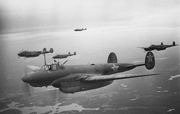 Партизаны наводят самолеты на цель (4 фото)