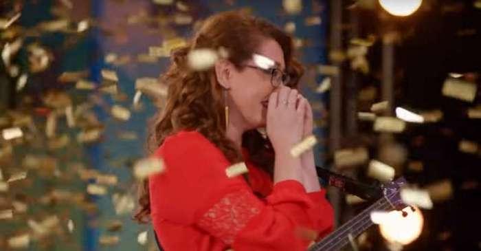 Никогда не сдавайся! Потерявшая слух девушка поразила жюри и зрителей шоу талантов своим пением (2 фото + 2 видео)