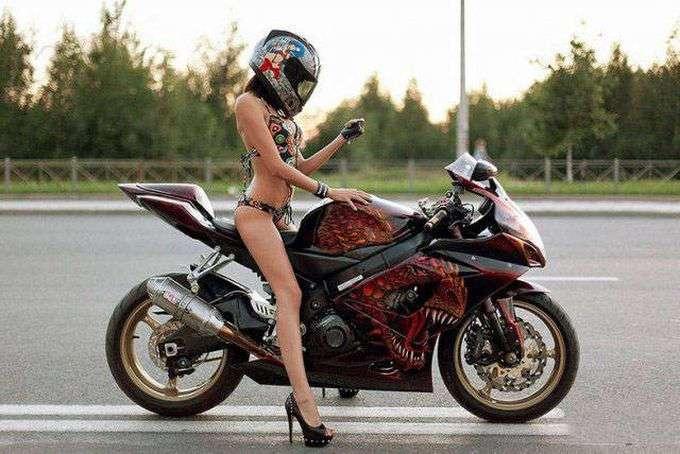 Женский пол тоже любит мотоциклы! (50 фото)