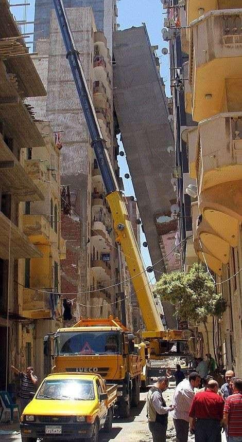 В Египте многоэтажка упала и оперлась на соседний дом (12 фото)
