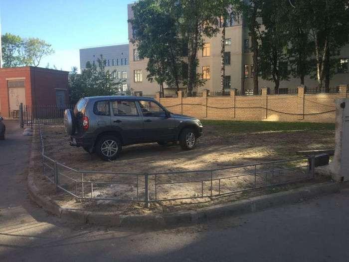 Любитель парковаться на газоне явно не ожидал такого исхода (3 фото)