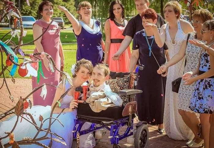 Вдохновляющая история о девушке, переехавшей в Россию, чтобы выйти замуж за инвалида (4 фото)