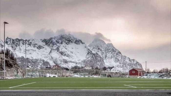 Необычный футбольный стадион в Хеннингсверe (6 фото)