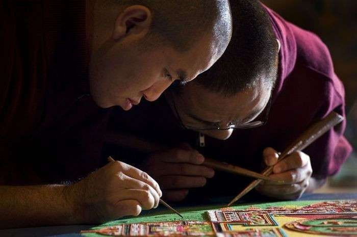 Монахи рисуют песком (11 фото)