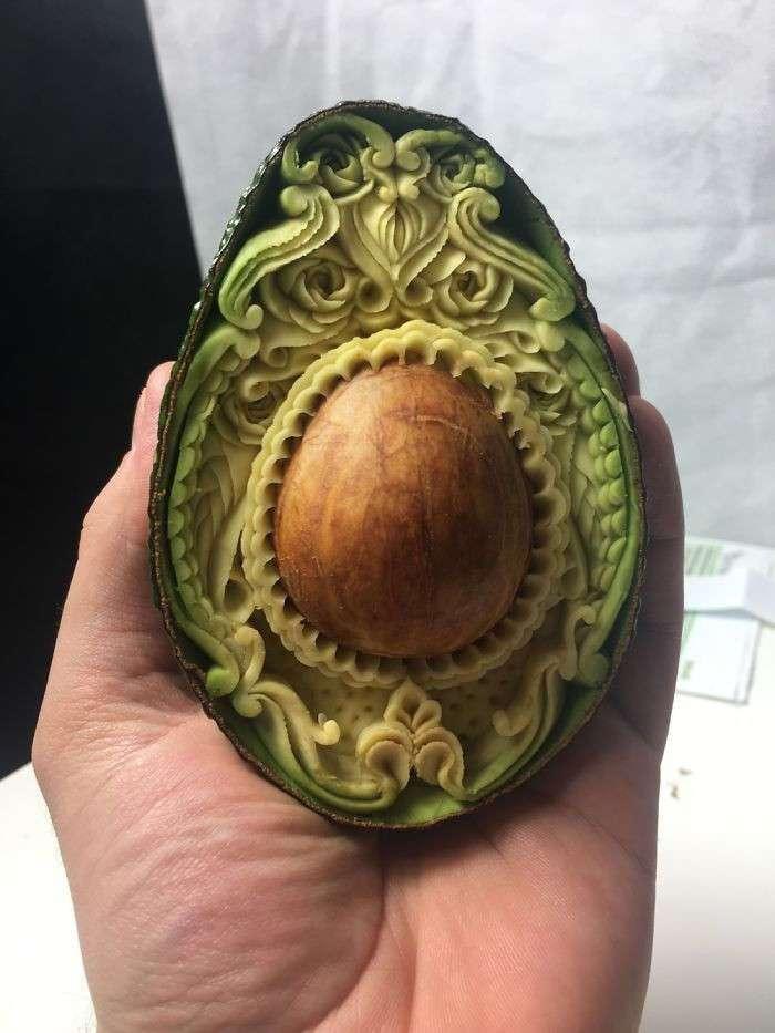 Авокадо за час превратилось в резной шедевр (7 фото)