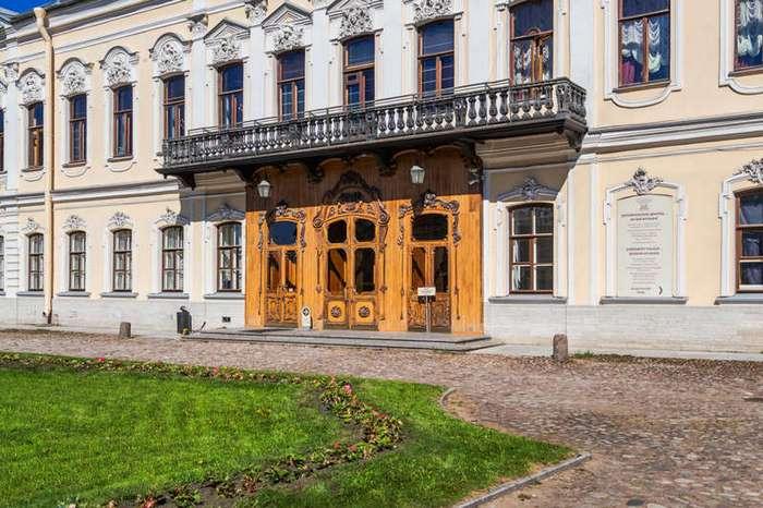 Дворец с двумя привидениями (11 фото)