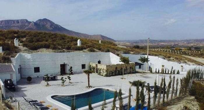 Эта пара превратила испанские пещеры в отель мечты, потратив 100 тысяч евро (10 фото)