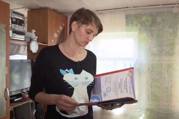 30-летняя учительница родила сына от 15-летнего ученика и требует у его матери алименты (8 фото)