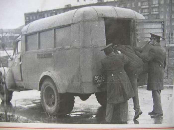 В автозаке (2 фото)